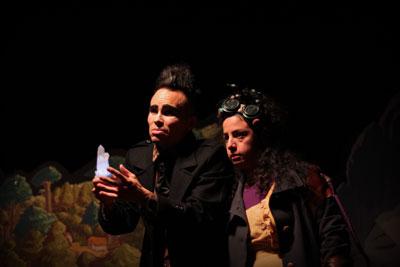 Teatro familiar online Personas mirando el horizonte una de ellas agarra un cristal