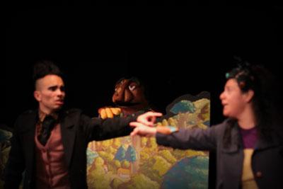 dos personajes se señalan en obra de teatro