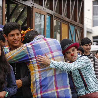 Payasos abrazando gente en activacion btl