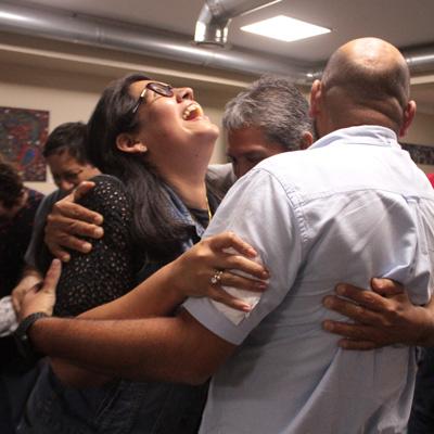 Dinámicas-grupales personas abrazadas y una mujer riendose